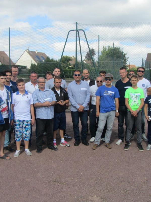 Les 12 équipes du concours de pétanque 2015